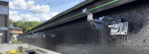 高い耐久性を持つ ステンレスの吊り金具を使用